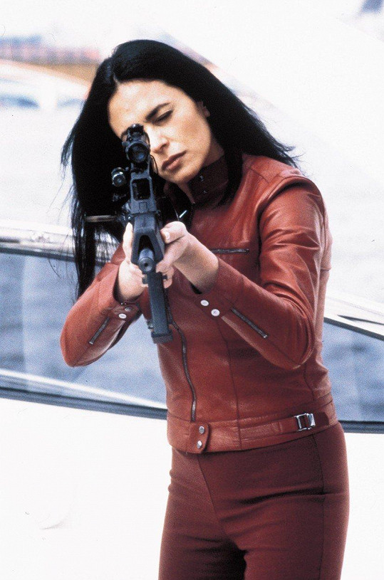Maria Grazia Cucinotta v bondovce Jeden svět nestačí (1999)