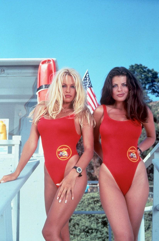 Pamela Anderson (vlevo) v legendární Pobřežní hlídce