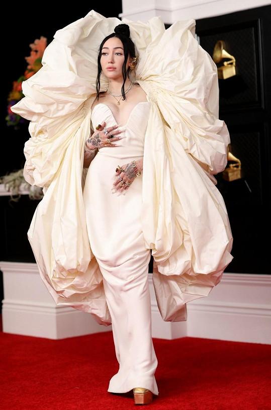 Na extravagantní model od značky Schiaparelli zase Noah Cyrus.