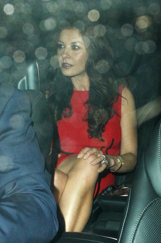 Catherine Zeta-Jones je nyní manželovi velkou oporou.