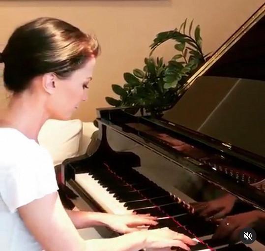 V době karantény ke klavíru často usedá.