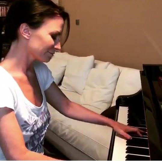 Na klavír hraje od dětství.