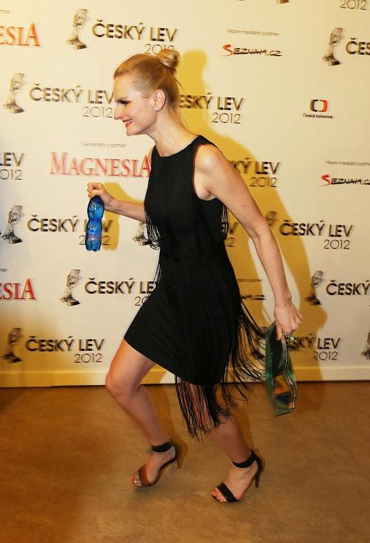 Její kamarádka Iva Pazderková utíkala před fotografy.