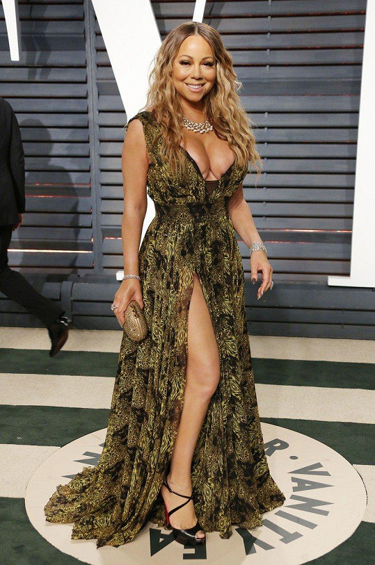 Na únorovém udílení Oscarů ukázala stehno.