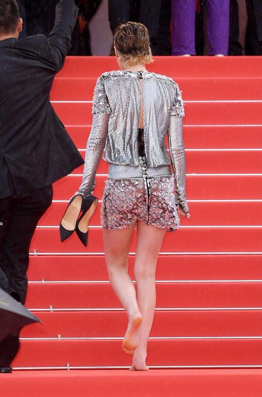 Kristen Stewart nevydržela na zahájení v podpatcích.