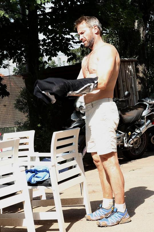 Na tenisovém turnaji se pochlubil svým tělem.
