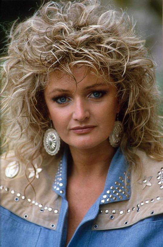 Bonnie Tyler si udržuje mladistvý vzhled pravidelnou aplikací botoxu. Takhle vypadala v roce 1986.