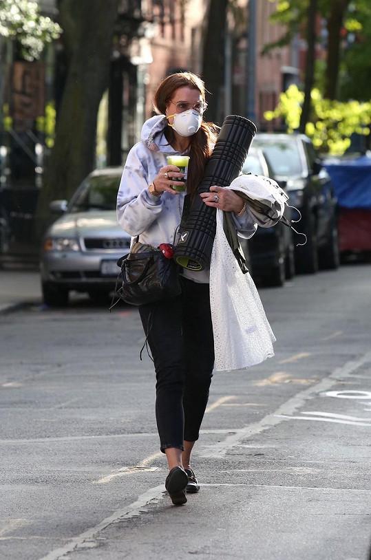 Herečka s rodinou žije v New Yorku. Na ulici se chrání respirátorem.
