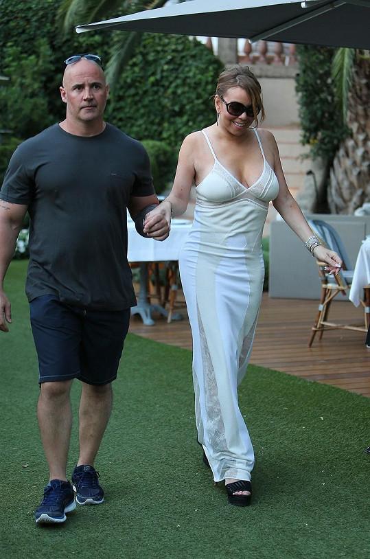 Mariah při chůzi jistil bodyguard.