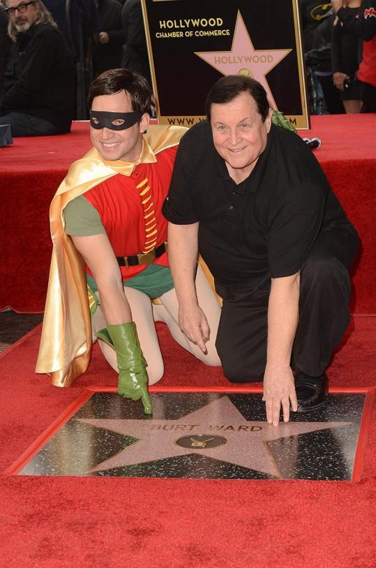 Zapózoval u ní s mužem v kostýmu Robina, kterého si zahrál ve filmu i stejnojmenném seriálu z šedesátých let.
