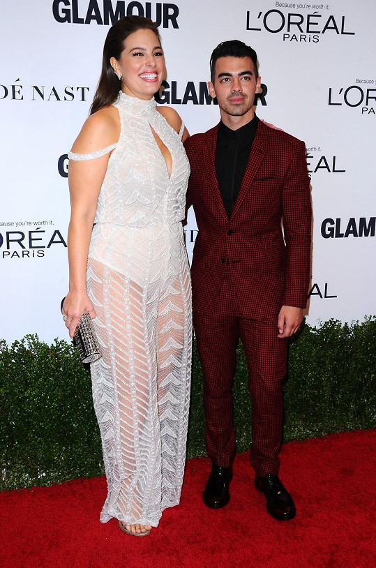 Joe Jonas vedle Ashley Graham vypadal jako drobek.