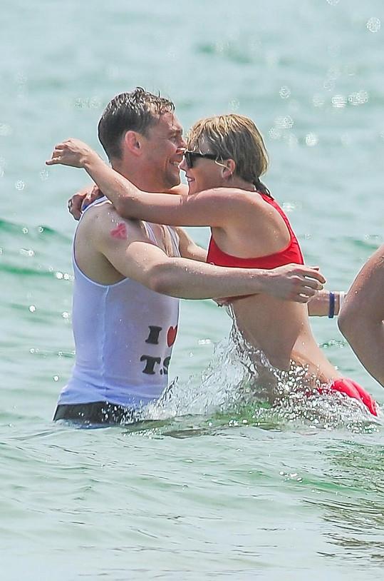 Taylor Swift a Tom Hiddleston, který svým tričkem zpěvačce před všemi vyznal lásku.
