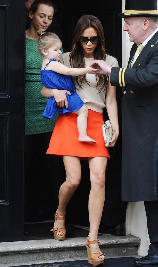 Victoria chodí věčně s dcerou v náručí.