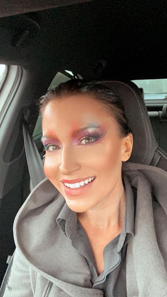 S make-upem, a navíc v roušce překvapila obsluhu benzínové stanice.