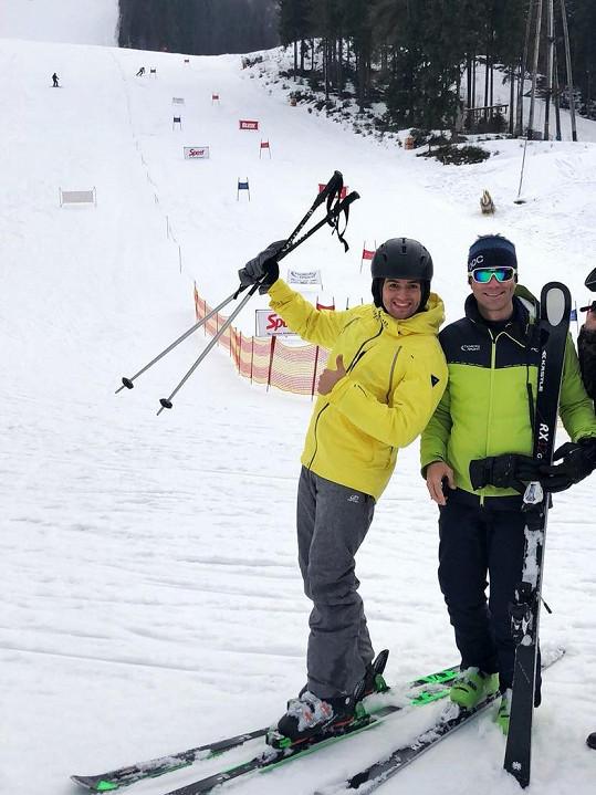 Jan Kopečný si na horách pro jistotu objednal instruktora lyžování.
