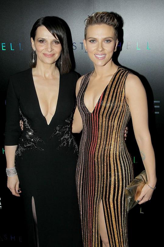 Juliette Binoche zastínila i o generaci mladší kolegyni Scarlett Johansson.