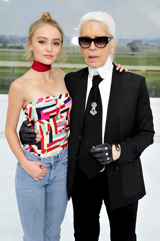 Lily-Rose Depp s Karlem Lagerfeldem na jeho úterní přehlídce během pařížského týdne módy