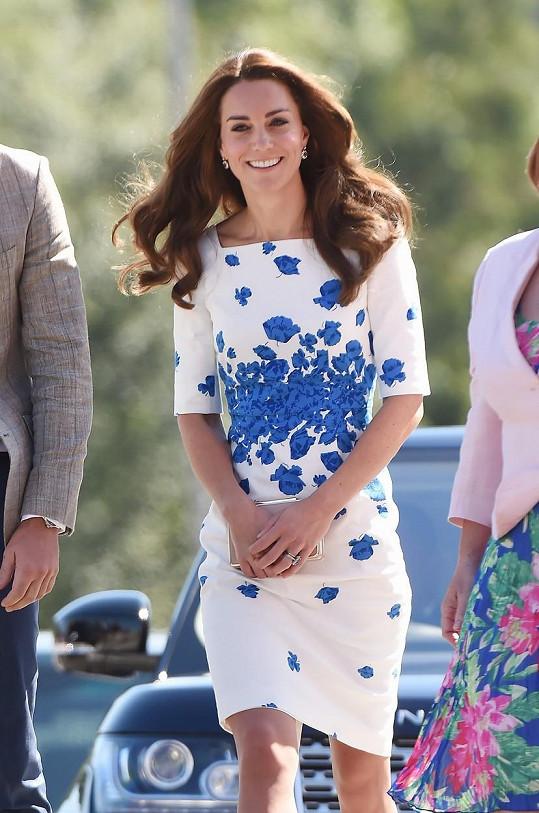Kate oblékla bílé šaty s květinovým motivem.
