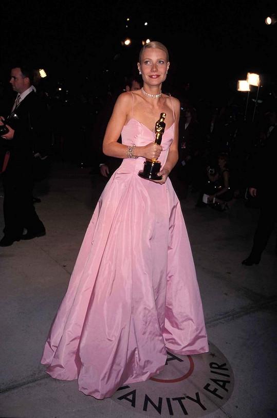 V růžových šatech rok předtím získala Oscara.