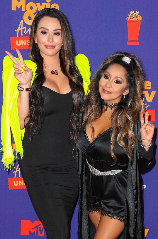 Snooki a JWoww z MTV show Jersey Shore neměly tak odvážné modely, jak u nich bývalo zvykem. Výstřih ale zůstal.