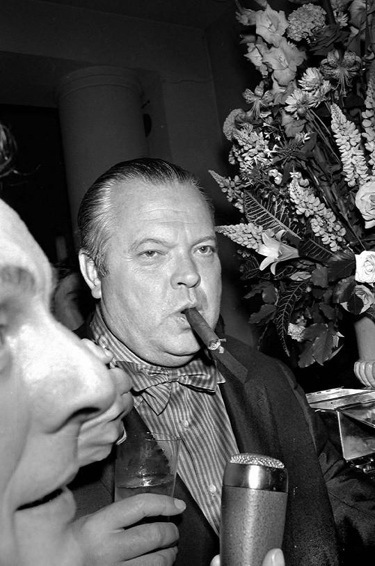 Režisér Orson Welles údajně nadále rád vysedává u oblíbeného stolu v podniku Ma Maison.