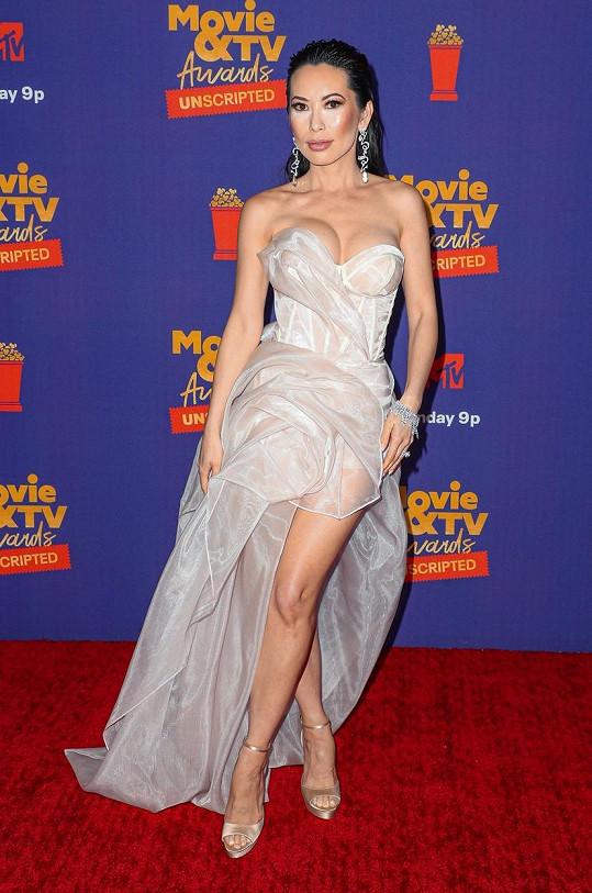Christine Chiu z televizní show Bling Empire zvolila korzetové šaty, které zvýraznily její přednosti.