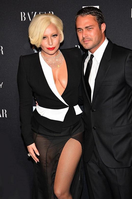 Lady Gaga a Taylor Kinney se na Valentýna zasnoubili.
