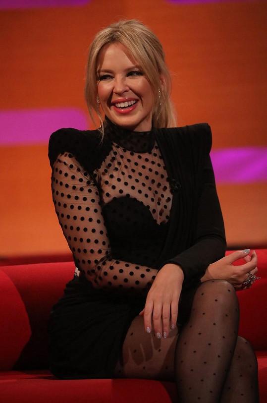 Kylie vypadá i po padesátce nesmírně mladě.