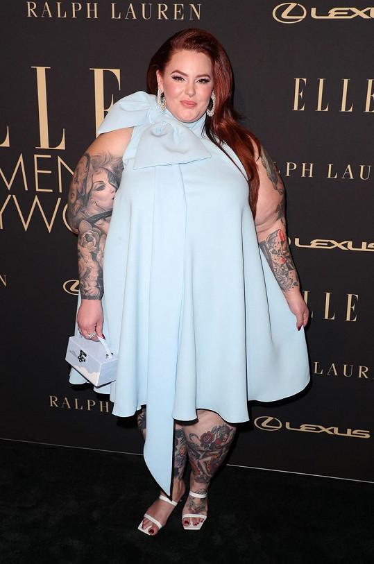 Modelka Tess Holliday má velkou část těla pokrytou tetováním.