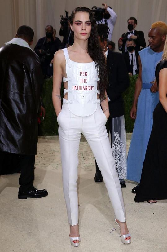 Dior oblékl modelku Caru Delevingne.