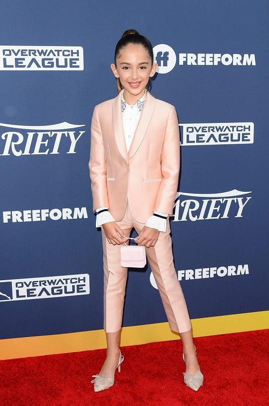 Na společenské akce se obléká jako dospělá.