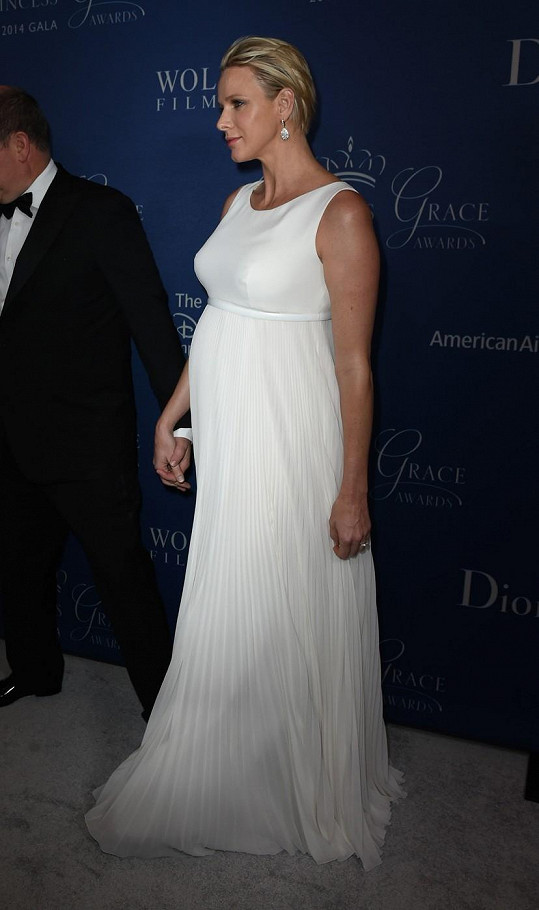 V bílých šatech bylo vidět její bříško.
