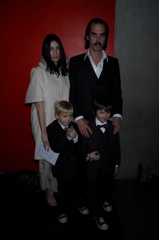 Nick Cave s manželkou Susie Bick a jejich dvojčaty Earlem a Arthurem na archivní fotografii
