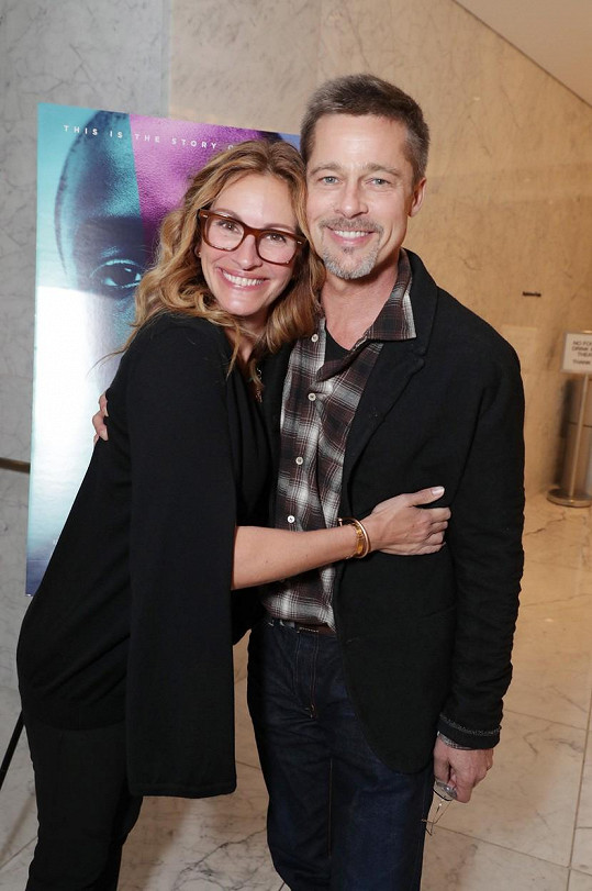 Brad Pitt vyměnil Angelinu Jolie za Julii Roberts.