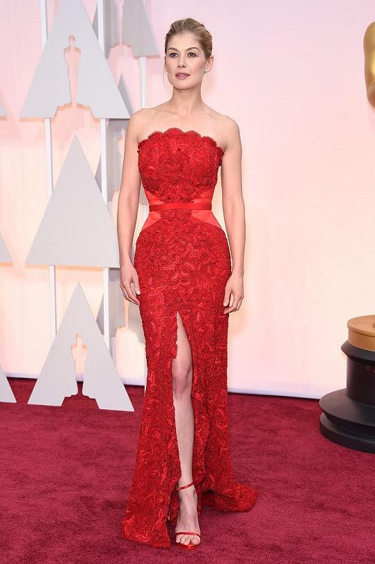 Hru krajky s nahotou rozehrála Rosamund Pike v modelu od Givenchy Couture.