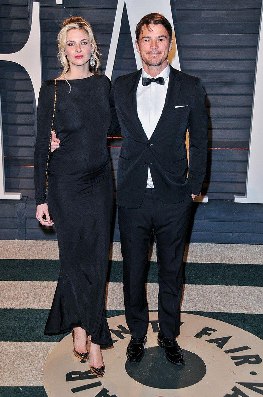 Josh Hartnett s partnerkou Tamsin Egerton na loňském udílení Zlatých glóbů