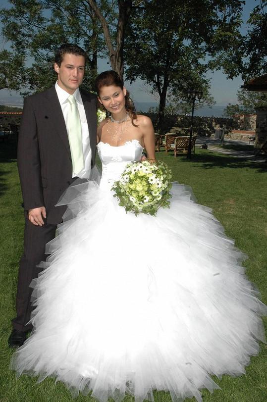 Ale nemá je zas tak dlouhé jako na své první svatbě...