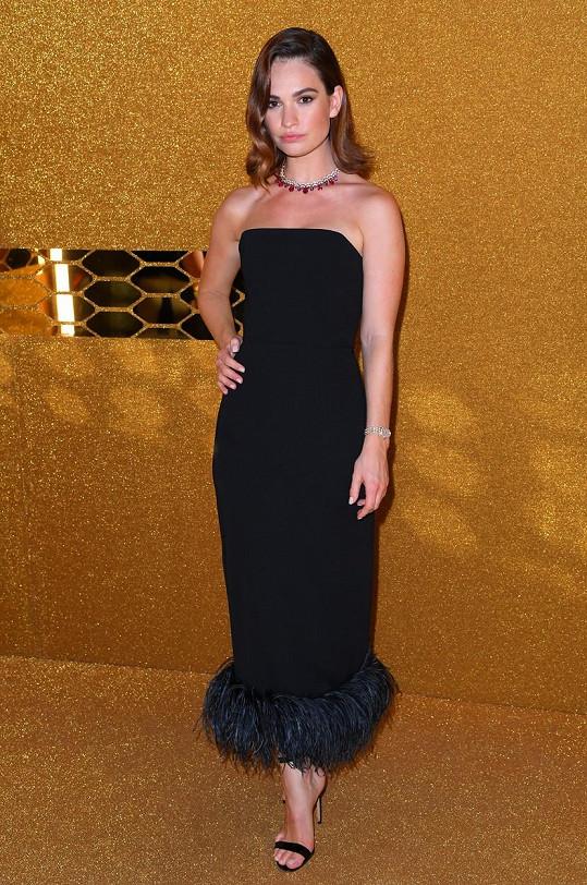 Černou oblékla i herečka Lily James.