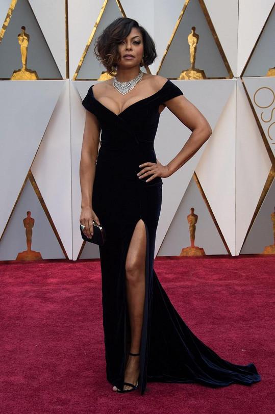 V šatech od Alberty Ferreti vzdala Taraji P. Henson hold klasice zlaté éry Hollywoodu. Límcový náhrdelník je značky Nirav Modi a doplňky Jimmy Choo.