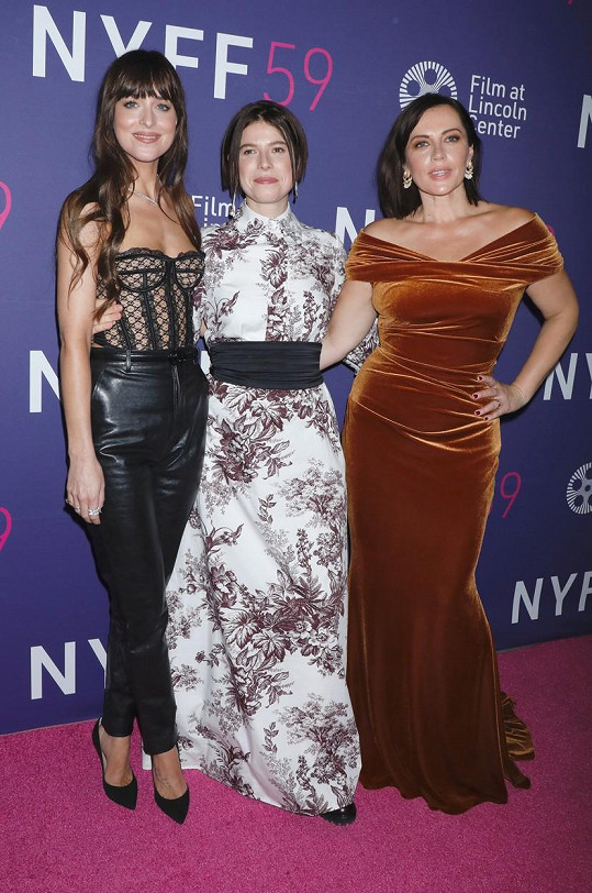 Dakota své kolegyně zvoleným outfitem zastínila. Na snímku s herečkami Jessie Buckley a Dagmarou Dominczyk.