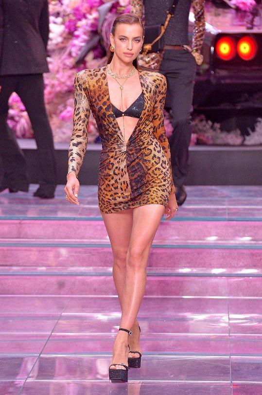 Irina Shayk na přehlídce Versace v Miláně.