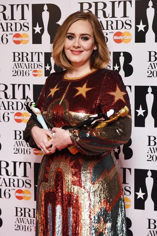 V roce 2015 vydala třetí album s názvem 25 a na snímku už je jedna z cen, kterou za něj o rok později dostala. Tehdy si z BRIT Awards odnesla sošky tři.