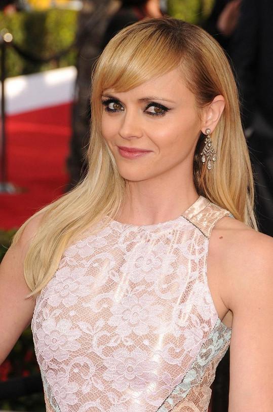 Christina Ricci se na červeném koberci objevila jako blondýnka.