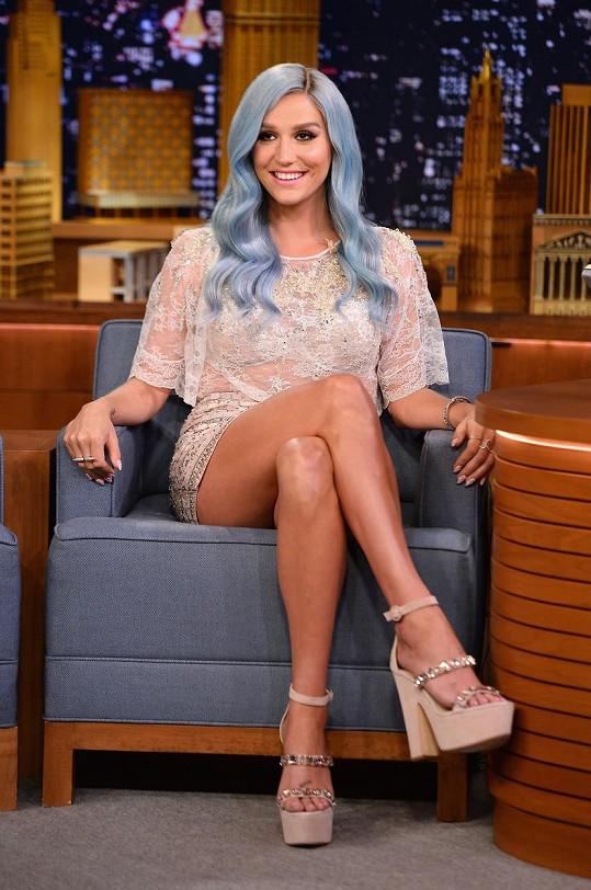 Kesha byla proslulá svými vlasovými experimenty. Zde na snímku v létě 2014 v pořadu The Tonight Show Jimmyho Fallona.