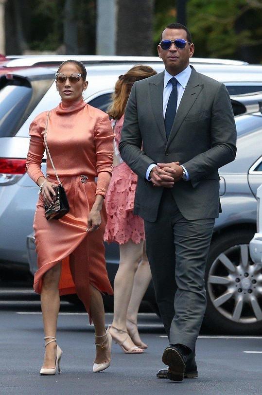 Jennifer se stále snažila si šaty hlídat. Na snímku se snoubencem Alexem Rodriguezem.