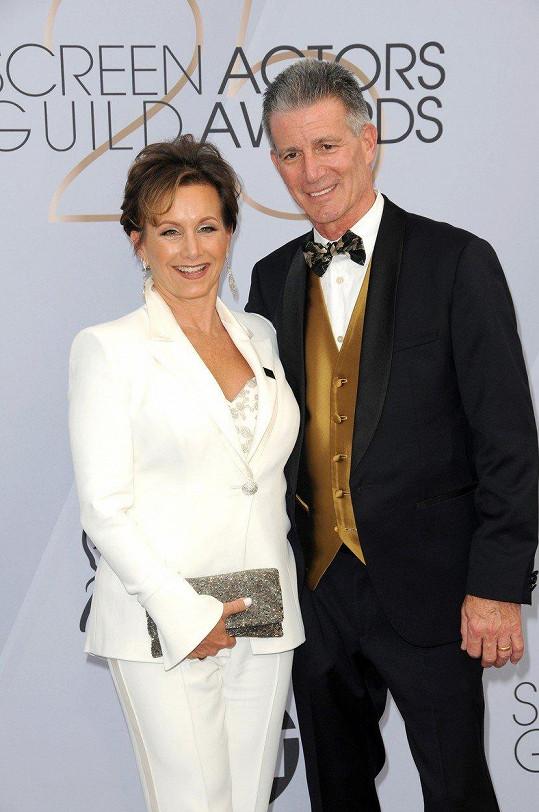 Dnes je z ní prezidentka organizace SAG-AFTRA. Na fotce s manželem Charlesem Isaacsem.