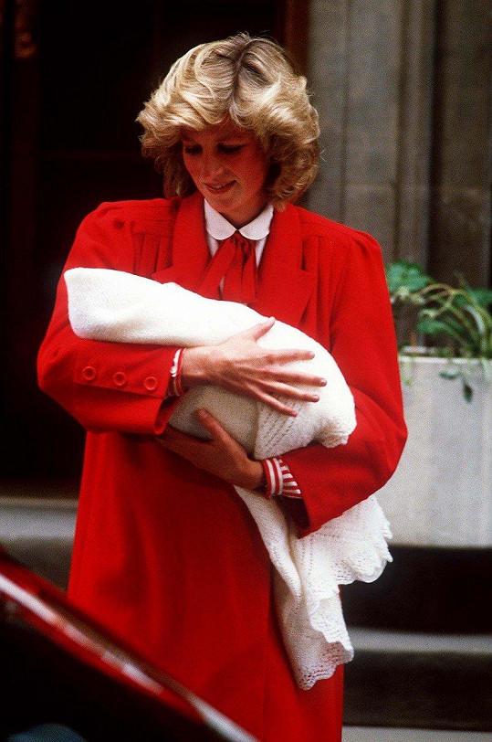 Lady Diana si v roce 1984 odnesla prince Harryho v červeném kompletu.