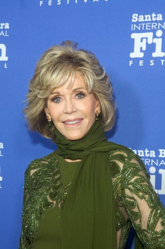 Jane Fonda má stále zářící úsměv.