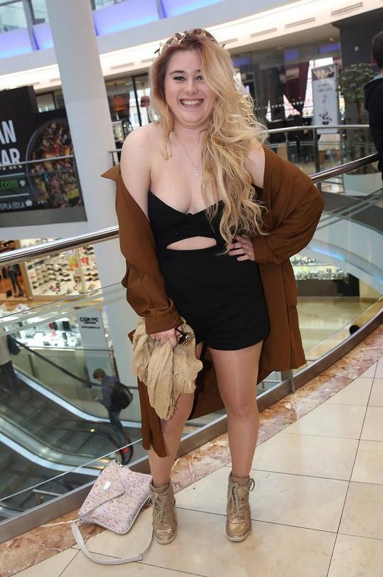 Elis v dobách, kdy měla kila navíc a nevěděla si rady s módou.