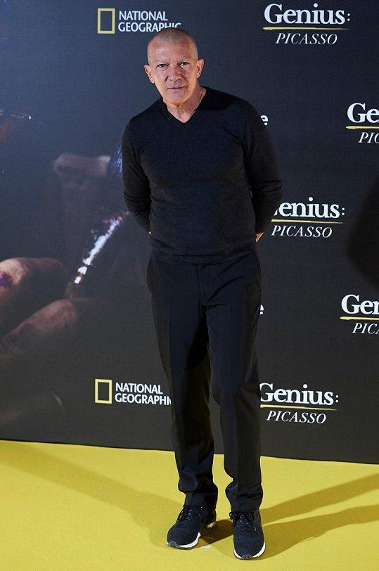 Antonio Banderas změnil kvůli seriálu image a zřejmě v ní našel zalíbení...